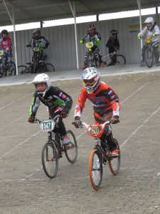BMXers FCC Barendrecht crossen door weer en wind in Heiloo